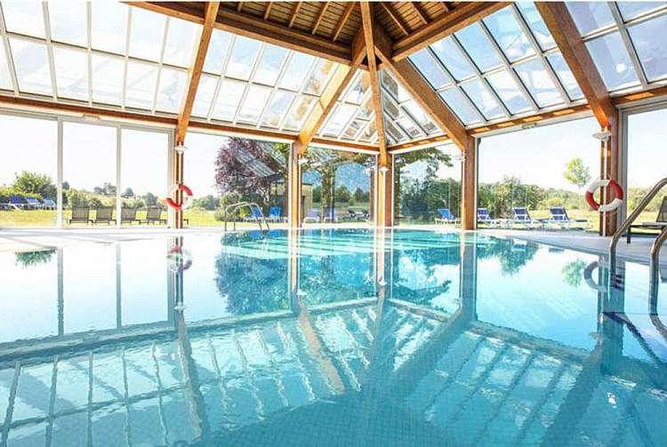 Piscina dell'Hotel Mercure Luxembourg Kikuoka Golf & Spa