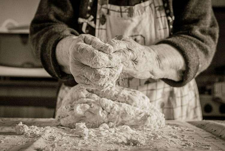 Nonna con le mani in pasta
