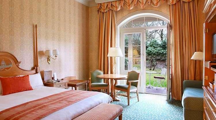 Francia: Parigi, Disneyland Hotel, pochi passi dall'ingresso del Parco