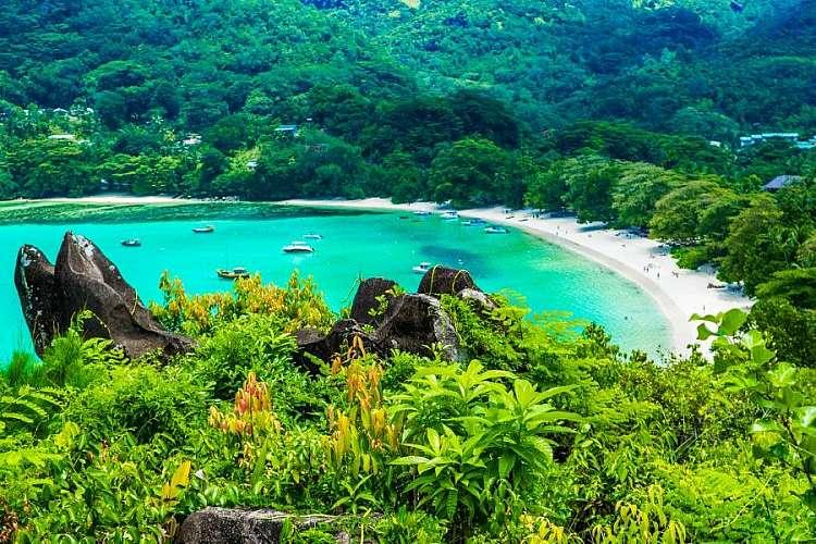 Una bellissima spiaggia con acque trasparenti