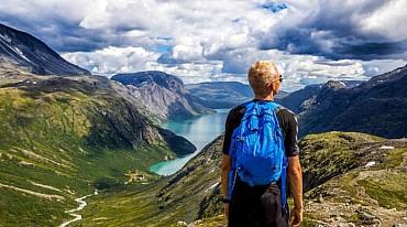 Camminata in libertà nei fiordi. In auto verso posti in cui camminare solo colazione