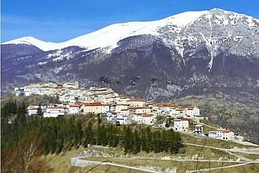 Alla scoperta di Opi! Il borgo circondato da una corona di montagne...